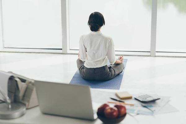 Pratique de yoga contre le stress au travail